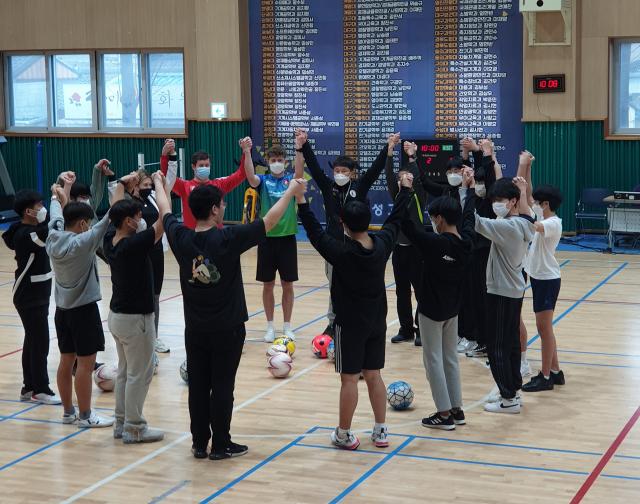 경북 의성고교는 체육 교사와 영국 스포츠 지도자, 체육 지도자가 공동으로 개발한 새로운 융·복합 교육인 '의성형 영어 체육 교육'을 시도하고 있다. 의성고교 제공