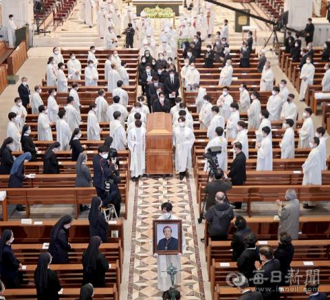 이문희 대주교 장례미사…