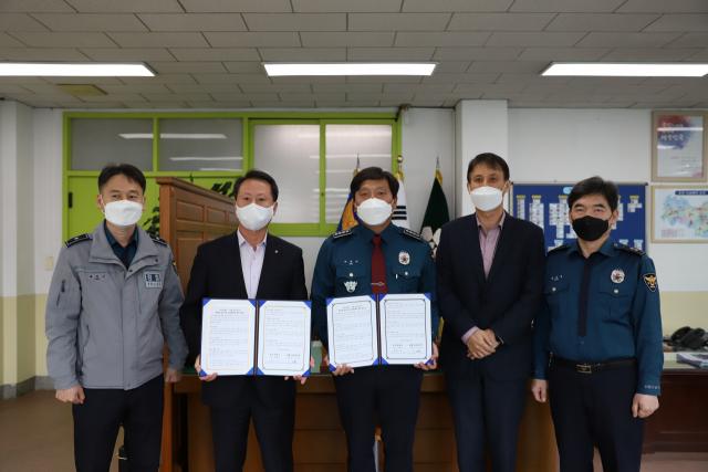 경북 의성경찰서와 농협중앙회 의성군지부가 영농철 일손 지원에 대한 협약을 체결하고 기념 사진을 촬영하고 있다. 의성군지부 제공