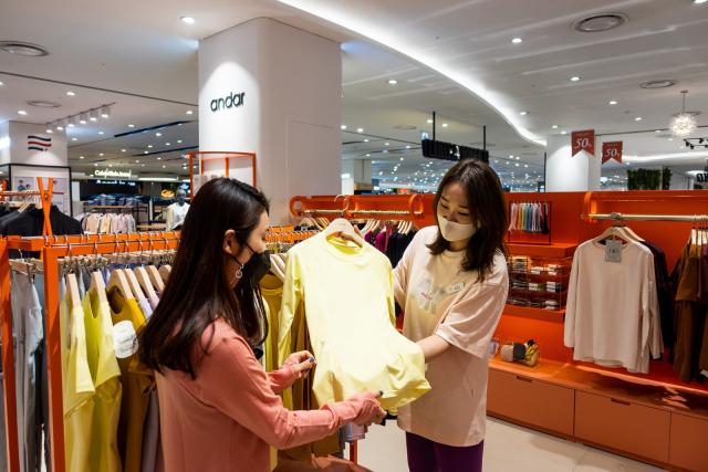 롯데아울렛 대구율하점 2층 '안다르' 매장에서 한 여성 고객이 요가복을 살펴보고 있다.