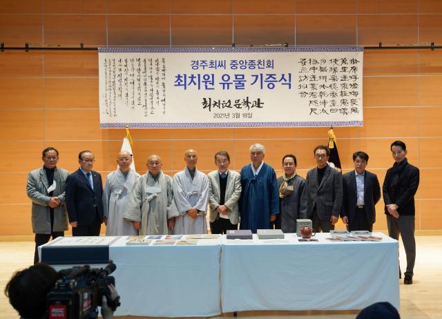 경주최씨중앙종친회는 경북 의성군 단촌면 구계리 최치원문학관에 유물 24점을 기증했다. 의성군 제공