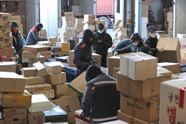 지난 1월 서울 송파구 서울동남권물류단지에서 택배 노동자들이 분류 작업을 하고 있다. 연합뉴스