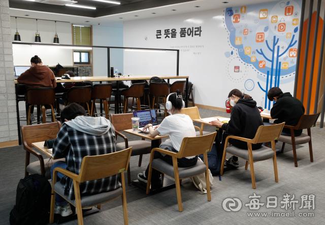 대구지역 한 대학교 캠퍼스 도서관에서 학생들이 공부 중이다. 20일 통계청에 따르면 청년들이 졸업 후 평균 10개월 동안 취업을 하지 못하는 것으로 나타났다. 매일신문 DB