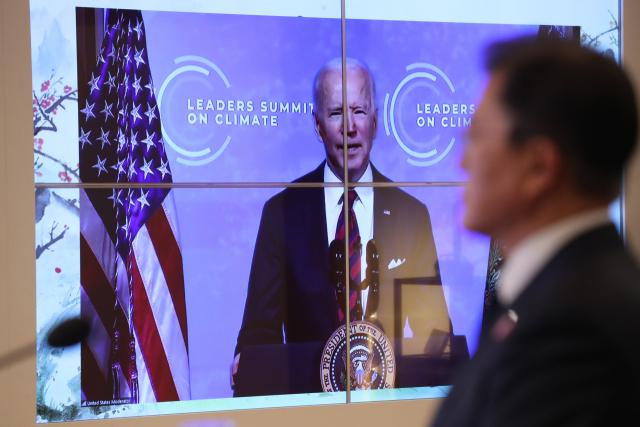 문재인 대통령이 22일 청와대 상춘재에서 화상으로 열린 기후정상회의에 참석, 조 바이든 미국 대통령 발언을 듣고 있다. 연합뉴스