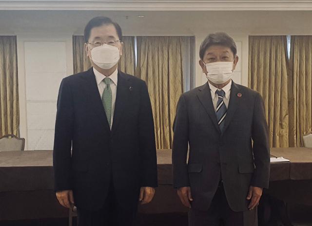 정의용 외교부 장관(왼쪽)과 모테기 도시미쓰(茂木敏充) 일본 외무상이 5일 영국 런던에서 한일 외교장관 회담을 하고 기념사진을 위해 포즈를 취하고 있다. 연합뉴스