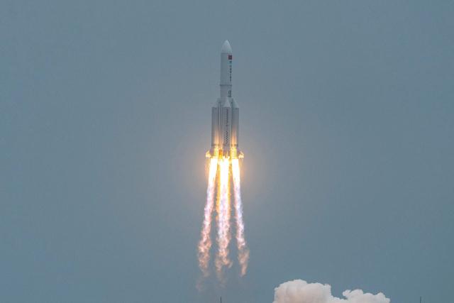 29일 중국 하이난성 원창 기지에서 우주정거장 핵심 모듈 '톈허'(天和)를 실은 창정 5B 로켓이 성공적으로 발사되고 있다. 모듈 톈허는 우주정거장의 궤도를 유지하기 위해 추진력을 내는 기능과 함께 향후 우주 비행사들이 거주할 생활 공간을 갖추고 있다. 중국은 올해와 내년에 모두 11차례 걸친 발사로 모듈과 부품을 실어날라 독자적으로 우주정거장을 건설한다는 계획이다. 연합뉴스