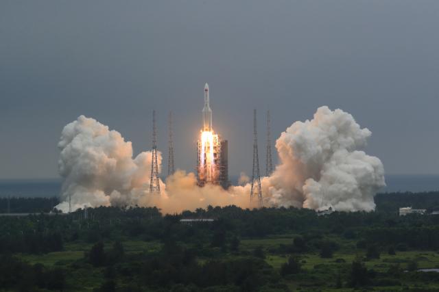 중국이 개발한 독자 우주정거장의 핵심 모듈 '톈허'(天和)를 실은 창정 5B 로켓이 29일 하이난(海南)성 원창(文昌) 기지에서 발사되고 있다. 모듈 톈허는 우주정거장의 궤도를 유지하기 위해 추진력을 내는 기능과 함께 향후 우주 비행사들이 거주할 생활 공간을 갖추고 있다. 중국이 지난 1992년 처음 밝힌 우주정거장 건설 구상의 첫 삽 격인 셈이다. 중국은 올해와 내년에 모두 11차례 걸친 발사로 모듈과 부품을 실어날라 우주정거장을 건설한다는 계획이다. 연합뉴스