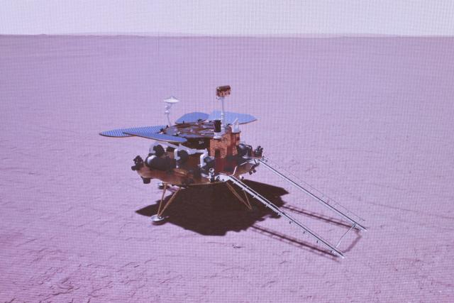 중국의 첫 화성 무인 탐사선 '톈원(天問) 1호'가 10개월의 긴 여정 끝에 15일 오전 화성 유토피아 평원에 성공적으로 착륙했다고 중국국가항천국(CNSA)이 밝혔다. 톈원 1호는 약 7개월간의 비행 끝에 지난 2월 화성 궤도에 진입, 궤도를 돌며 자료를 수집해왔다. 사진은 화성에 착륙한 톈원 1호의 상상도. 연합뉴스