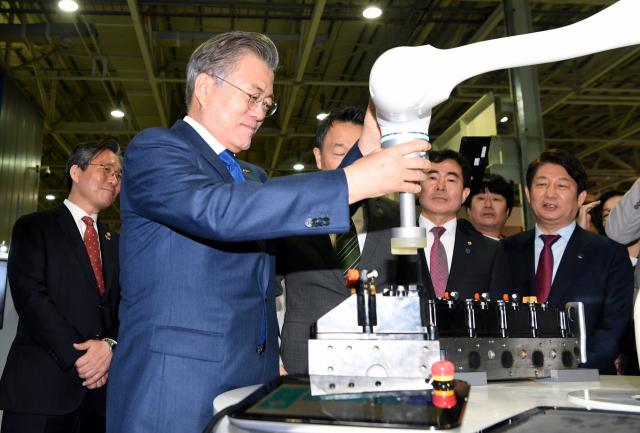 2019년 3월 대구를 방문한 문재인 대통령이 '로봇산업 육성전략 보고회'가 열린 달성군 현대로보틱스에서 두산로보틱스의 협동로봇을 이용한 작업을 시연하고 있다. 연합뉴스