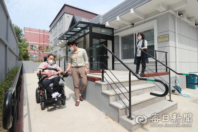 전국 최초로 중증장애인을 위한 무장애주택이 대구 남구 대명동에 건립되어 2일 입주민 신모 씨가 집안에 설치된 경사로를 통해 이동하고 있다. 성일권 기자 sungig@imaeil.com