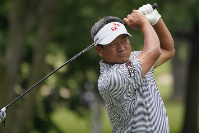 5월 30일(현지시간) 미국 오클라호마주 털사의 서던힐 컨트리클럽에서 열린 미국프로골프(PGA) 챔피언스투어 메이저 대회 키친에이드 시니어 PGA 챔피언십 4라운드 9번 홀에서 최경주(한국·51)가 티샷을 하고 있다. 그는 이번 대회에서 최종합계 3언더파 277타를 기록, 레티프 구센(남아공)과 함께 공동 3위에 올랐다. 연합뉴스