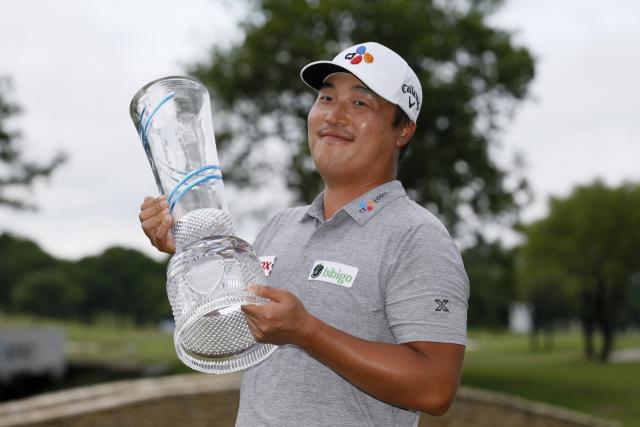 5월 16일(현지시간) 미국 텍사스주 매키니의 TPC 크레이그 랜치에서 열린 미국프로골프(PGA) 투어 AT&T 바이런 넬슨 대회에서 최종 우승한 이경훈(한국·30)이 18번 그린에서 트로피를 들고 있다. 그는 최종 합계 25언더파 263타를 기록, 2위 샘 번스(미국)를 3타 차로 제치고 우승했다. 이로써 그는 PGA투어 개인 통산 80경기 만에 첫 우승을 달성했다. 또한, 이 우승으로 그는 한국 국적 선수로는 통산 8번째로 PGA 투어 정상에 올랐다. 우승 상금은 145만8천 달러(약 16억4천만 원)다. 연합뉴스