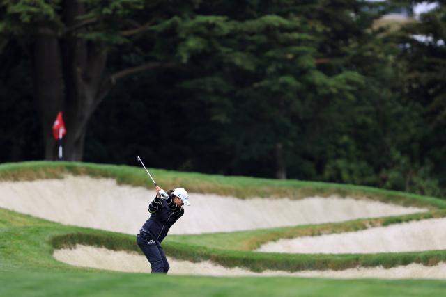세계랭킹 1위 고진영이 US여자오픈 첫날 17번 홀에서 샷을 하고 있다. 핀 아래 보이는 벙커가 위협적이다. 대회가 열리는 올림픽 클럽은 1924년 개장해 지금까지 5차례 US오픈을 치렀지만 여자 프로 골프 대회는 이번이 처음이다. 가장 최근 이곳에서 진행한 2012년 US오픈에선 웹 심슨(미국)이 최종합계 1오버파로 우승했을 정도로 코스의 난도가 높다. 최두성 기자 ·연합뉴스