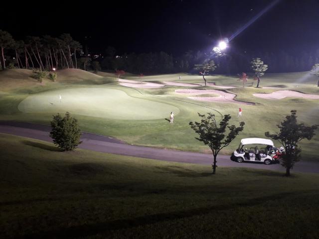 코로나19가 닥쳤을 때 그 여파를 걱정했던 골프장들은 되레 호황이 이어지자 일방적으로 이용료를 올리는 등의 몰상식적인 행태를 보이고 있다.