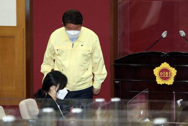 권영진 대구시장이 16일 대구시의회에서 열린 283회 정례회 본회의에서 시정질문에 답하고 나서 인사하고 있다. 연합뉴스