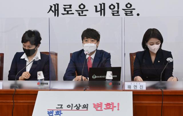국민의힘 이준석 당 대표가 21일 오전 국회에서 열린 최고위원회의에서 '윤석열 엑스(X)파일' 논란과 관련,