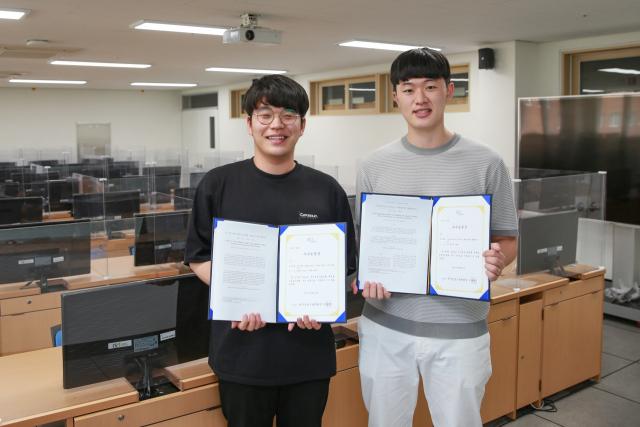 최근 한국정보기술학회 우수논문상을 받은 박재순(왼쪽), 김건 학생이 상장을 들어보이고 있다. 대구가톨릭대 제공