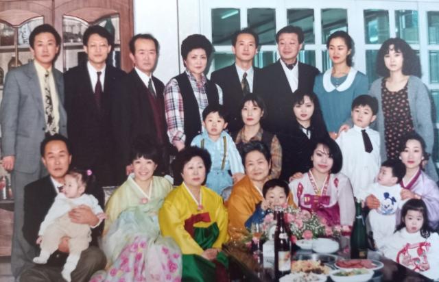 1994년 허분이 여사 팔순잔치. 사진 아랫쪽 네 번째에서 손자를 안고 있는 허분이 여사