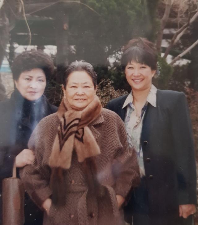 2004년 허분이 여사가 두 딸(왼쪽이 큰 딸)과 함께 청주에 있는 운보 김기창 화백 공방에서 찍은 사진