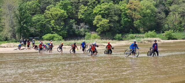 제2 뿅뿅다리가 사라져 일행들이 자전거를 어깨에 메고 발을 둥둥 걷고서 내성천을 건너고 있다.