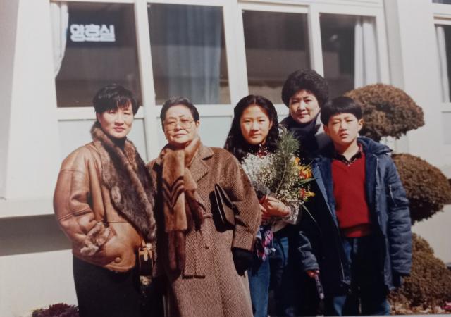 1991년 필자 김옥순 씨 딸 연정 씨의 초등학교 졸업식 사진. 사진 왼쪽부터 필자, 허분이 여사, 손녀 연정, 손자 인혁, 뒤 큰 딸 경자