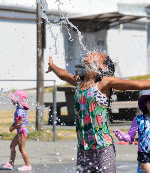 기록적인 무더위가 이어지고 있는 캐나다 브리티시 컬럼비아주 리치먼드에서 29일(현지시간) 어린이들이 워터파크의 물로 더위를 식히고 있다. 인근 리턴 지역은 이날 기온이 섭씨 49.5도까지 오르며 캐나다에서 관측 사상 최고 기온을 기록했다. 브리티시 컬럼비아주는 무더위가 기승을 부리자 이날 학교와 신종 코로나바이러스 감염증(코로나19) 백신 접종소의 문을 닫았다. 연합뉴스