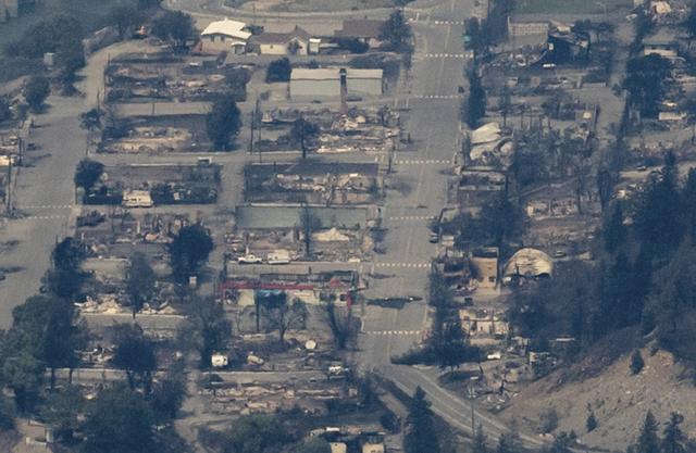 1일(현지시간) 캐나다 서부 브리티시컬럼비아주 밴쿠버에서 동북쪽으로 153㎞ 떨어진 리턴 마을이 산불로 전소된 모습을 헬기에서 찍은 사진. 캐나다 서부가 최고기온 50℃에 육박하는 폭염 때문에 시련을 겪는 가운데 이날 산불까지 발생해 리턴 마을이 통째로 불타면서 수백 명의 난민이 발생했다. 연합뉴스