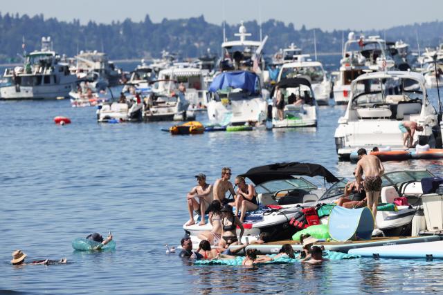 미국 워싱턴주 시애틀의 주민들이 26일(현지시간) 워싱턴 호수와 접한 슈워드 공원 지구에서 보트 놀이를 하고 있다. 이날 시애틀의 낮 최고기온은 38.3℃로, 6월 최고 기록을 경신했다. 시애틀을 포함한 미국의 서북부 지역은 기록적 폭염에 시달리고 있다. 연합뉴스