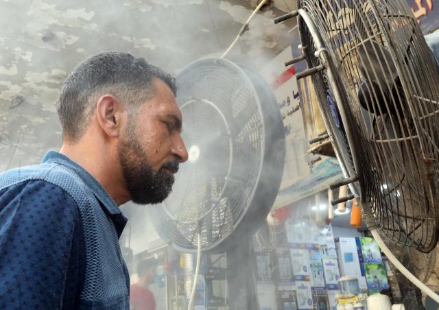 이라크 수도 바그다드 도심의 시장통에서 한 남성이 29일(현지시간) 선풍기 앞에 서서 더위를 달래고 있다. 바그다드의 낮 최고기온은 50℃에 육박하고 있다. 연합뉴스
