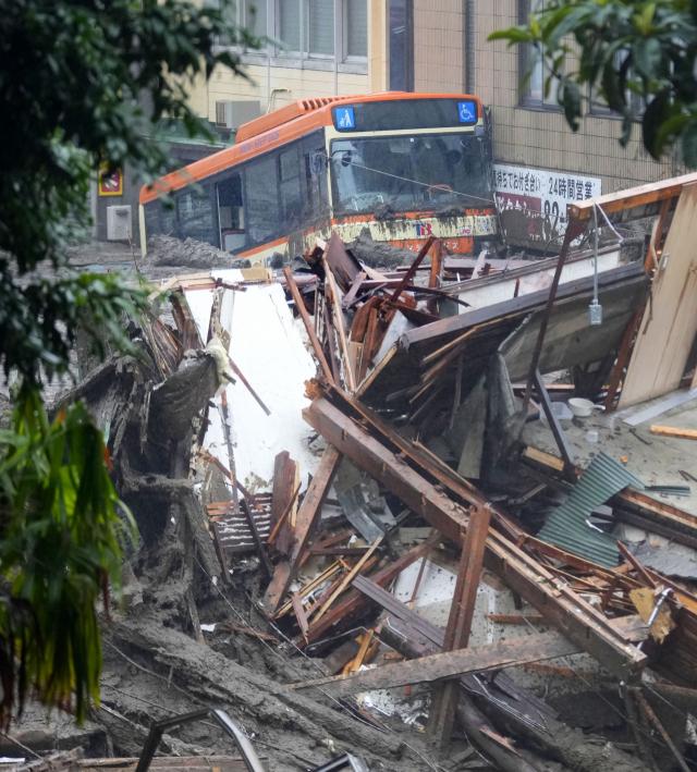 일본 시즈오카현 아타미(熱海)시 아즈산(伊豆山)에서 3일 오전 산사태가 발생해 10여채의 주택이 휩쓸려 20 여명이 실종됐다. 토사가 버스를 덮친 모습. 연합뉴스