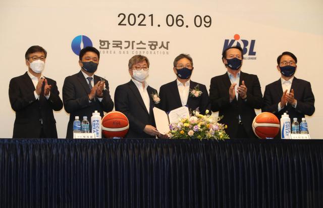 지난 6월 9일 대구 인터불고 호텔에서 열린 한국가스공사 프로농구단 인수 협약식에서 한국가스공사 채희봉 사장(왼쪽에서 세 번째)과 KBL 이정대 총재(왼쪽에서 네 번째)가 협약서에 서명 후 들어 보이고 있다. 연합뉴스