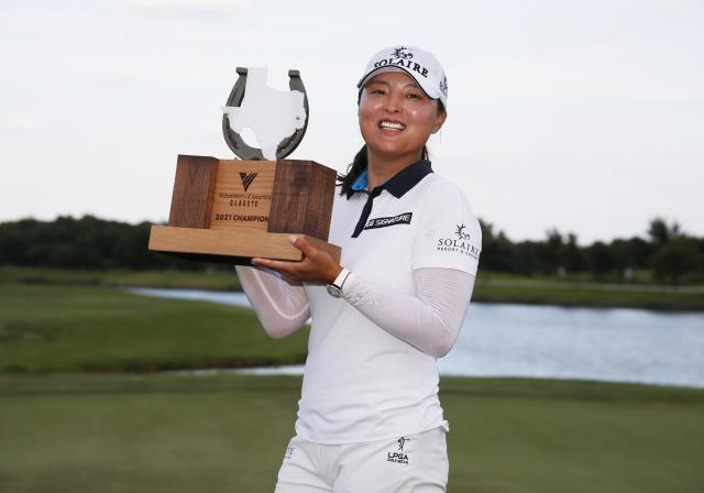 5일 미국 텍사스주 더 콜로니의 올드 아메리칸 골프클럽에서 열린 미국여자프로골프(LPGA) 투어 볼런티어스 오브 아메리카(VOA) 클래식에서 우승한 고진영이 트로피를 들어보이며 기뻐하고 있다. 연합뉴스
