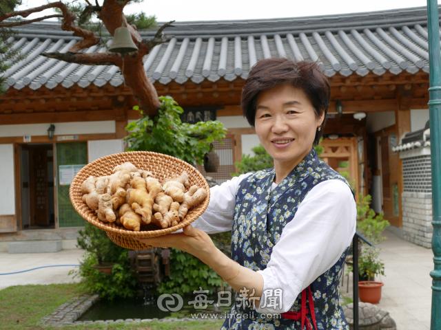 안동생강연구소 강미혜 대표가 자신의 제품에 사용되는 안동 생강을 들어보이고 있다. 김영진 기자