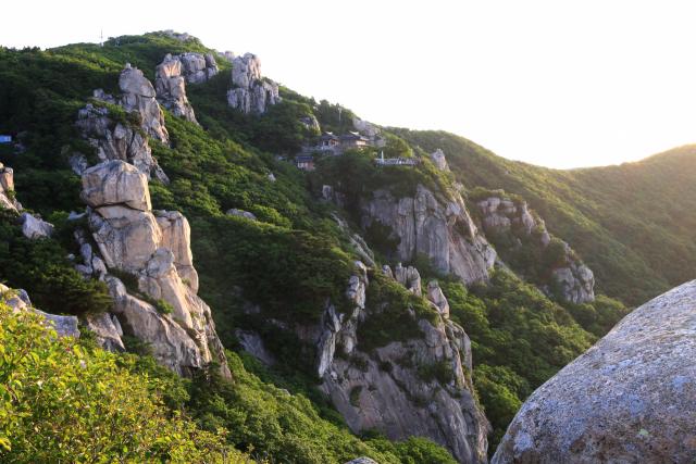 상사바위에서 바라다 본 보리암, 기암괴석이 보리암을 호위하고 있는 듯하다.