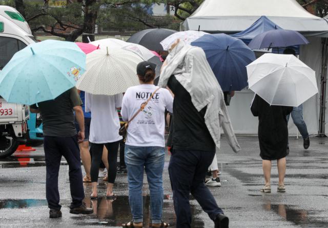 9일 오전 대구 달서구보건소에서 시민들이 진단 검사를 위해 차례를 기다리고 있다. 이날 0시 기준 대구에서는 19명의 코로나19 확진자가 나오면서 증가세를 보이고 있다. 우태욱 기자 woo@imaeil.com