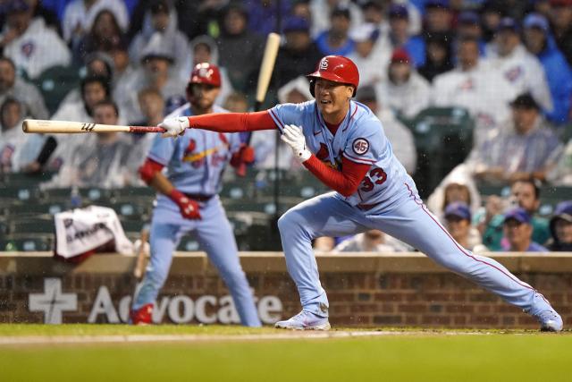김광현(세인트루이스 카디널스)이 11일 미국 일리노이주 시카고의 리글리필드에서 열린 미국프로야구 메이저리그(MLB) 시카고 컵스와의 경기 4회에 타자로 출전해 안타를 때린 뒤 타구를 바라보고 있다. 김광현은 이날 전반기 마지막 경기에 선발 등판해 시즌 4승을 달성하고, 타석에서는 시즌 3호 안타를 기록했다. 연합뉴스