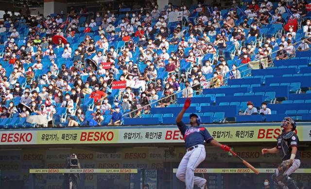 11일 대구삼성라이온즈파크에서 열린 삼성라이온즈와 롯데자이언츠의 경기, 경기장을 찾은 많은 팬들이 관중석을 메우고 있다. 연합뉴스