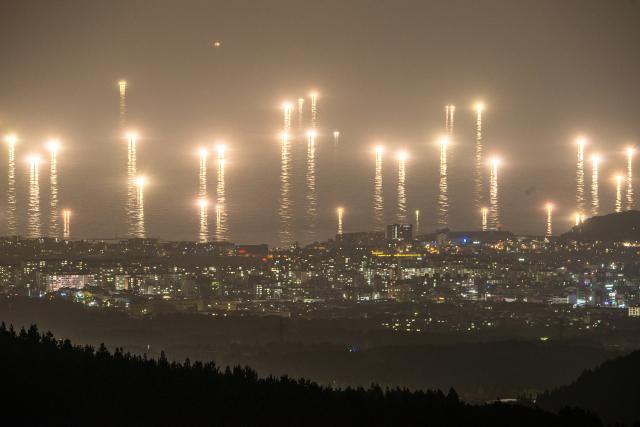 여름철 제주 밤바다가 한치잡이 배들이 밝힌 집어등 불빛으로 매우 운치 있는 풍경을 자아내고 있다. 사진=제주일보 고봉수 기자 chkbs9898@jejunews.com