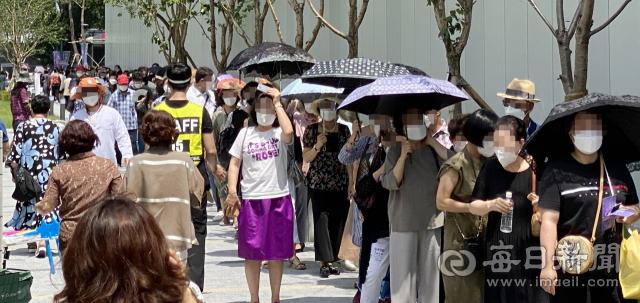 16일 가수 나훈아 콘서트가 열린 대구 엑스코 동관에 많은 관람객들이 몰려 줄을 서서 입장을 기다리고 있다. 디지털뉴스본부