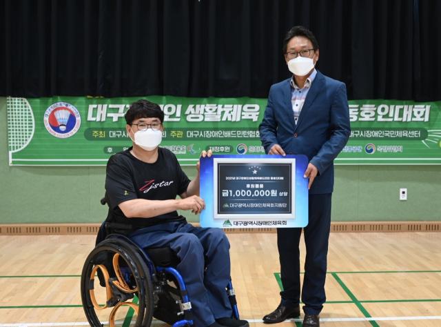 대구시장애인체육회 지원단이 18일 개최된 '2021 대구장애인생활체육배드민턴 동호인대회'에서 1백만원 상당 미니 선풍기를 지원했다. 대구장애인체육회 제공