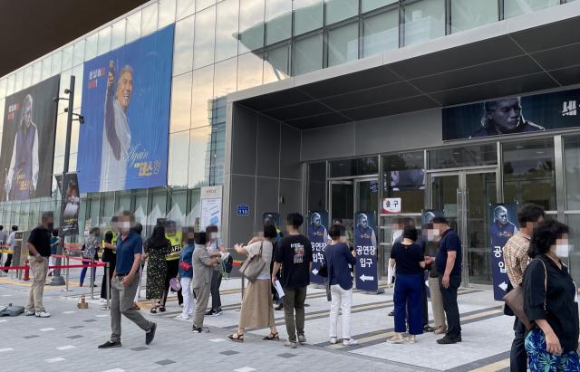 지난 16일 대구 북구 엑스코에서 열린 '나훈아 AGAIN 테스형' 콘서트에서 관객들이 입장을 기다리고 있다. 연합뉴스