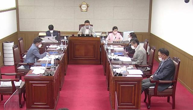 영주시의회 시민행복상임위원회 소속 의원들이 조례안을 심의하고 있다. 의회 영상캡처
