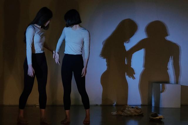 8월 3일 공연하는 아트 컴퍼니 도아이도의 '불완전한 존재들의 상태:이행' 공연 모습