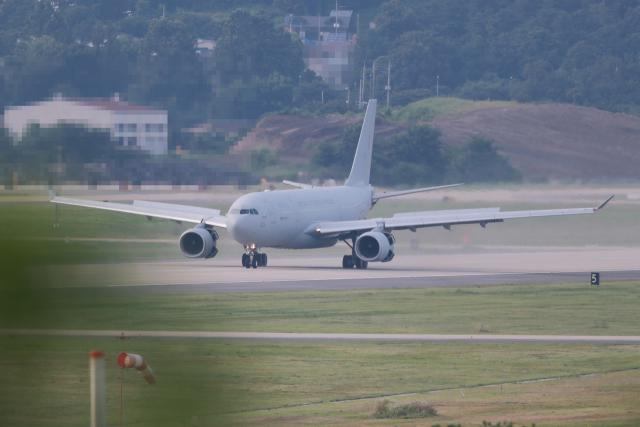 신종 코로나바이러스 감염증(코로나19) 집단감염이 발생한 청해부대 34진 문무대왕함(4천400t급)의 장병들을 태운 공군 다목적 공중급유수송기(KC-330)가 지난달 20일 오후 서울공항에 착륙하고 있다. 연합뉴스
