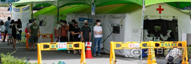 22일 오전 대구 달서구보건소 선별검사소에서 시민들이 진단검사를 받기 위해 차례를 기다리고 있다. 우태욱 기자 woo@imaeil.com