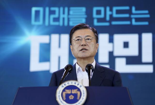 문재인 대통령이 14일 오전 청와대에서 열린 제4차 한국판 뉴딜 전략회의에서 발언하고 있다. 연합뉴스