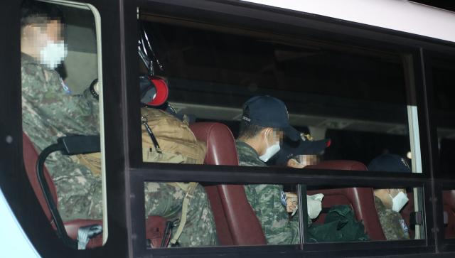 20일 오후 충북의 한 생활치료센터에 신종 코로나바이러스 감염증(코로나19) 집단감염으로 귀국한 청해부대 34진 문무대왕함의 장병들을 태운 버스가 들어서고 있다. 연합뉴스