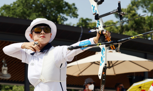 양궁 국가대표 안산이 23일 일본 유메노시마 공원 양궁장에서 열린 도쿄올림픽 여자 개인전 랭킹라운드에서 활시위를 당기고 있다. 연합뉴스