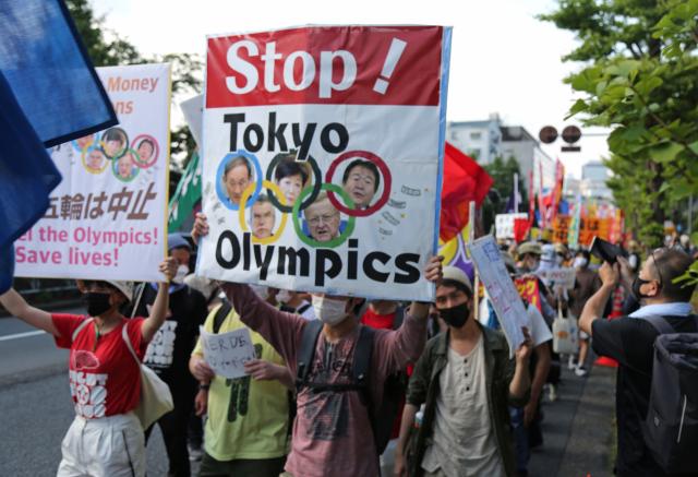 도쿄올림픽 개막식이 열리는 23일 오후 일본 도쿄 시부야구에서 올림픽에 반대하는 시민들이 시위하고 있다. 일본에서는 전날 코로나19 신규 확진자가 5천 명 넘게 보고되는 등 감염 확산은 매우 심각한 상황이다. 연합뉴스