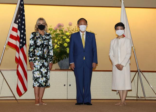 스가 요시히데(가운데) 일본 총리와 부인 스가 마리코 여사가 도쿄올림픽 개막 전야인 22일 도쿄 아카사카 영빈관에서 질 바이든(왼쪽) 미국 대통령 부인과 만나 기념촬영을 하고 있다. 질 여사는 도쿄올림픽 개막식 참석을 위해 이날 오후 일본에 도착했다. 연합뉴스